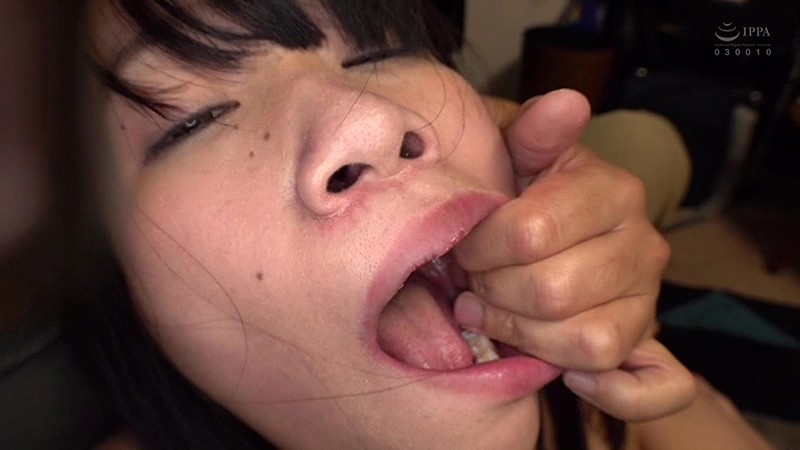 高梨ゆあの口に指を突っ込む