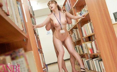 高見えなの図書室で立ちバック