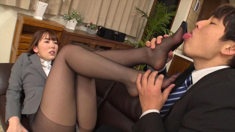 黒パンストの足裏を舐める