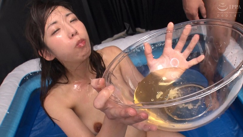 ボウル小便を飲尿するエロ画像