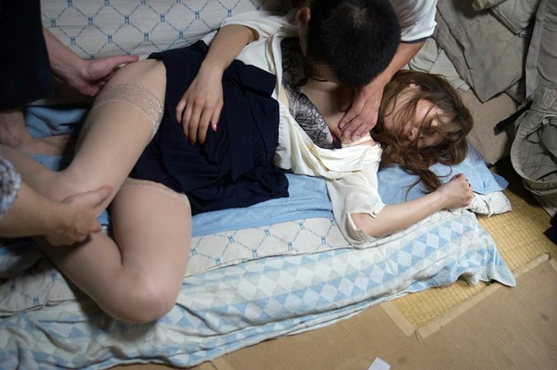 他人から寝取られてしまった人妻・彼女のエロ画像